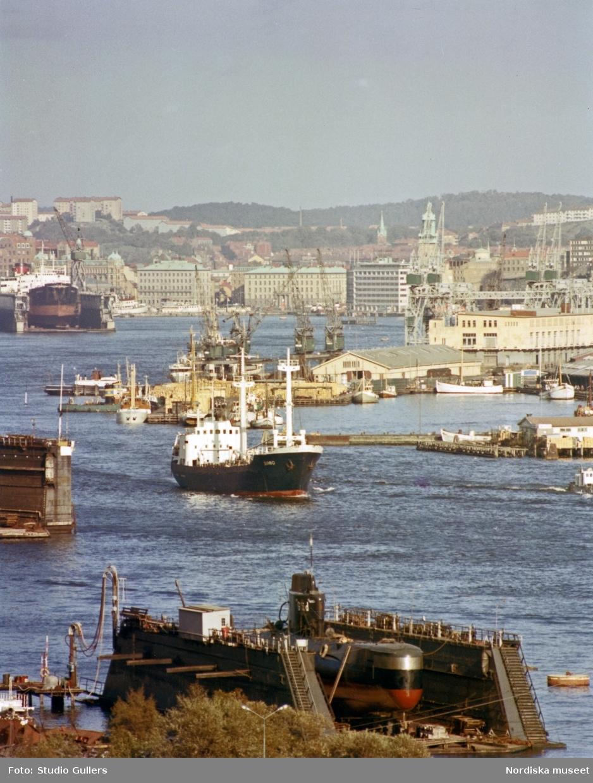 Vy över Göteborgs hamn med kustubåten HMS Gäddan i torrdocka i förgrunden.