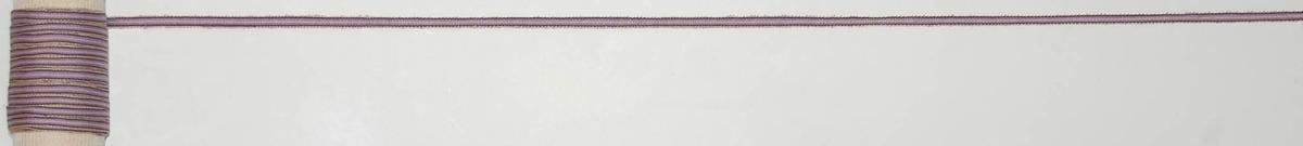 Band 828 x 5 cm, Merceriserad bomull, ripsvävt. Randigt i gult och en mörk och en ljus lila.  Katalogiserad av Karin Nordenfelt, Elisabet Stavenow, Marie-Louise Wulfcrona-Dagel.
