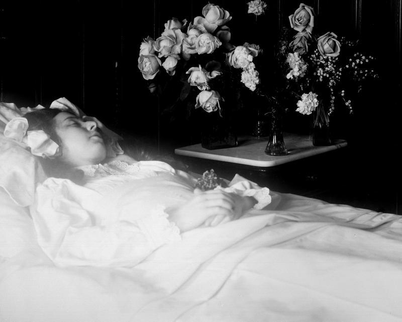 Pike stelt til begravelse, 1911. Post mortem-fotografier viser hvordan døde er pyntet med blomster og andre symboler knyttet til døden.