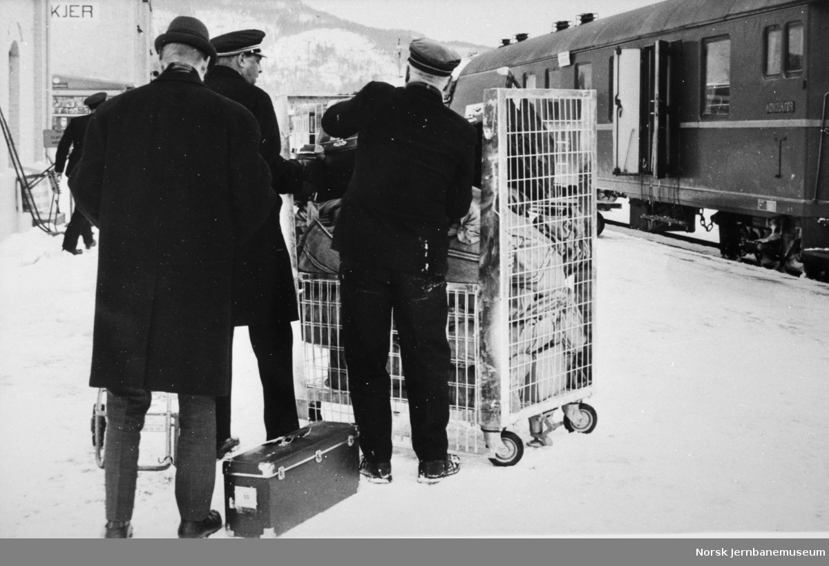 Lasting av container med postsekker på Steinkjer stasjon