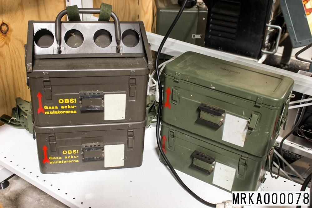 Äldre förrådsbeteckning: Tc 80386  Ackumulatorlådan innehåller tre stycken seriekopplade 2,4 V nifeackumulatorer typ D22 vilket ger 7,2 V, 22Ah.   Batterierna är av NIFE typ, med elektroder av nickel och kadmium. I äldre batterier var elektroderna av nickel och järn, därav beteckningen NIFE.  Elektrolyten är kalilut.
