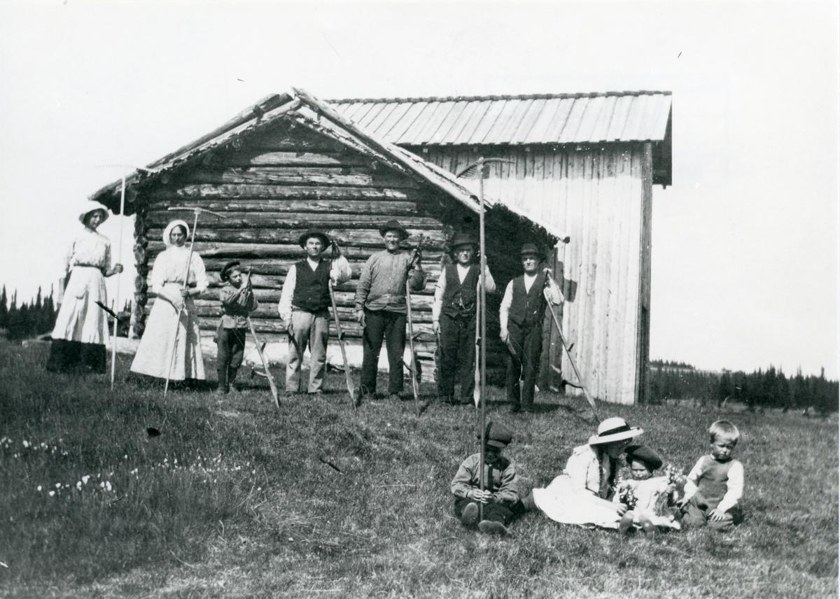 Frå slåtten på Brattrud i 1914.