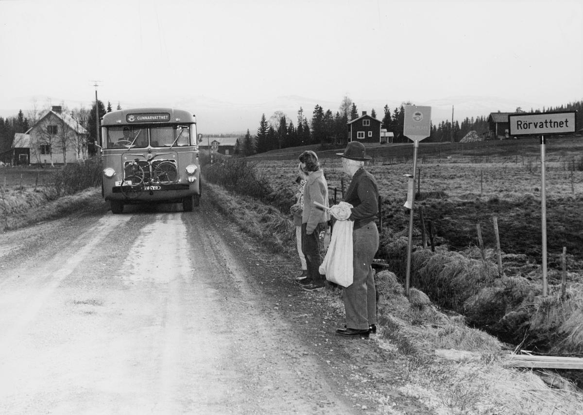 Postbussen från Östersund anländer till Rörvattnet tidtabellsenligt 20.05. Pålsson står redo att avlämna postpåse och förpassning och motta ankommande posten. Flickorna har kommit till bussen för att sedan höra efter hos Pålsson om det kommit någon post till dem eller till deras hem.