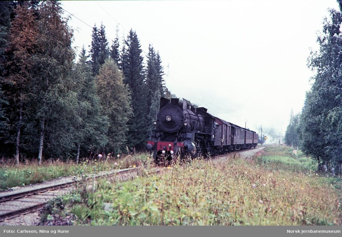Damplok type 31b med persontog nord for Eina stasjon