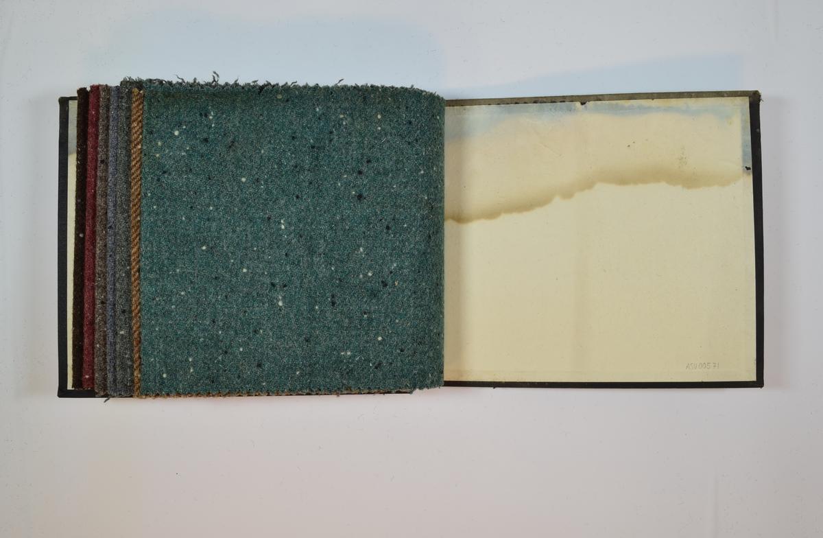 Rektangulær prøvebok med 7 stoffprøver. Middels tykke melerte stoff med tilsynelatende tilfeldigplasserte hvite og sorte prikker. Kyperbinding/diagonalvevd. Fargen på stoffene varierer. Stoffene ligger brettet dobbelt i boken slik at vranga dekkes.  Stoffene er merket med en rund papirlapp, festet til stoffet med metallstifter, hvor nummer er påført for hånd. Alle numrene er krysset over med rød fargeblyant. (Påskriften på innsiden av forsideomslaget indikerer at omslaget har blitt gjenbrukt.)  Stoff nr.: 1823, 1824, 1817, 1819, 1820, 1821, 1825.