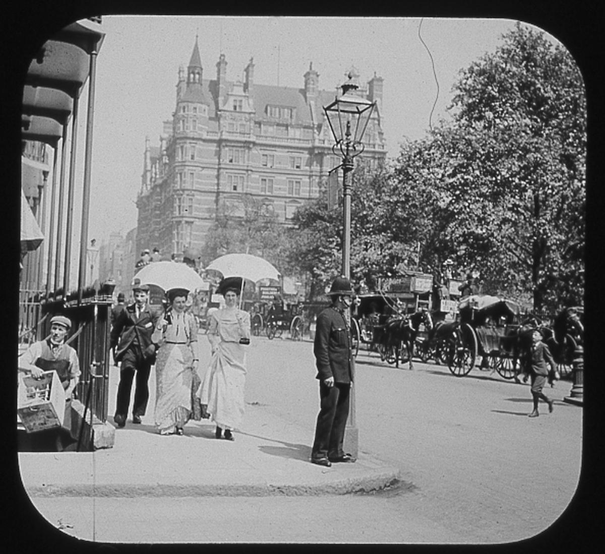 Skioptikonbild. London. Vy ifrån Picadilly mot hotellet Walsingham House Hotel. Hotellet revs 1905 och ersattes med Ritz Hotel. ::