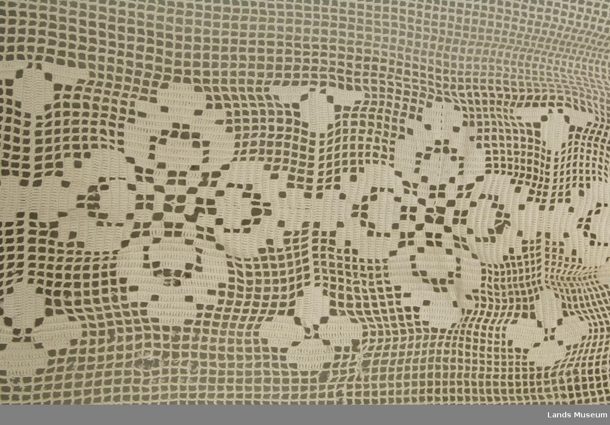 Bord på tre sider. Rosemønster langs midten, elles gitterverk.