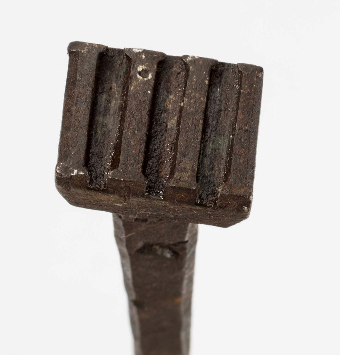 """"""" Svijern for romertall."""" NTM: """"Fra snekkerverkst. loft i Kongsberg. Med disse jern merket man veggene når disse ble revet for å flyttes, numrene ble svidd inn. Disse jern har romertall."""" Jernet har romertall IIII. Stilisert krone stemplet inn. Dreid trehåndtak. Jf. BVM 329, 3916-3917 og 3919-3920."""