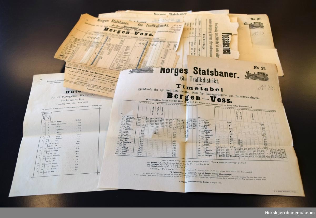 Samling ruteoppslag fra Vossebanen og enkelte fra Bergensbanen. De fleste er brukt som korrektur for nye utgaver. Også enkelte grafiske ruter.
