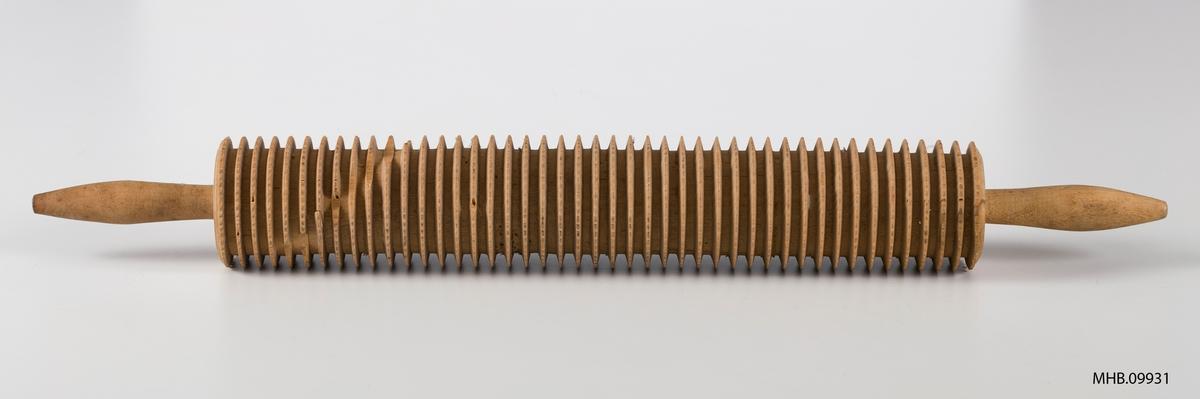 Sylindriske riller med tagget ytterkant