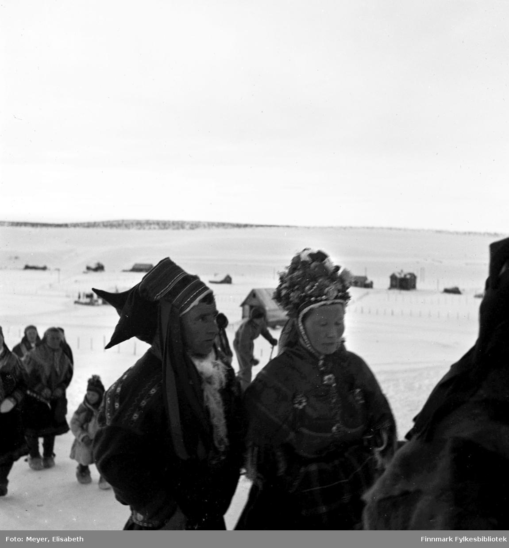 Brudefølge i Kautokeino,  fotografert i ved påsketider 1940. Sara Nilsdatter Pulk og Teodor Jakobsen.