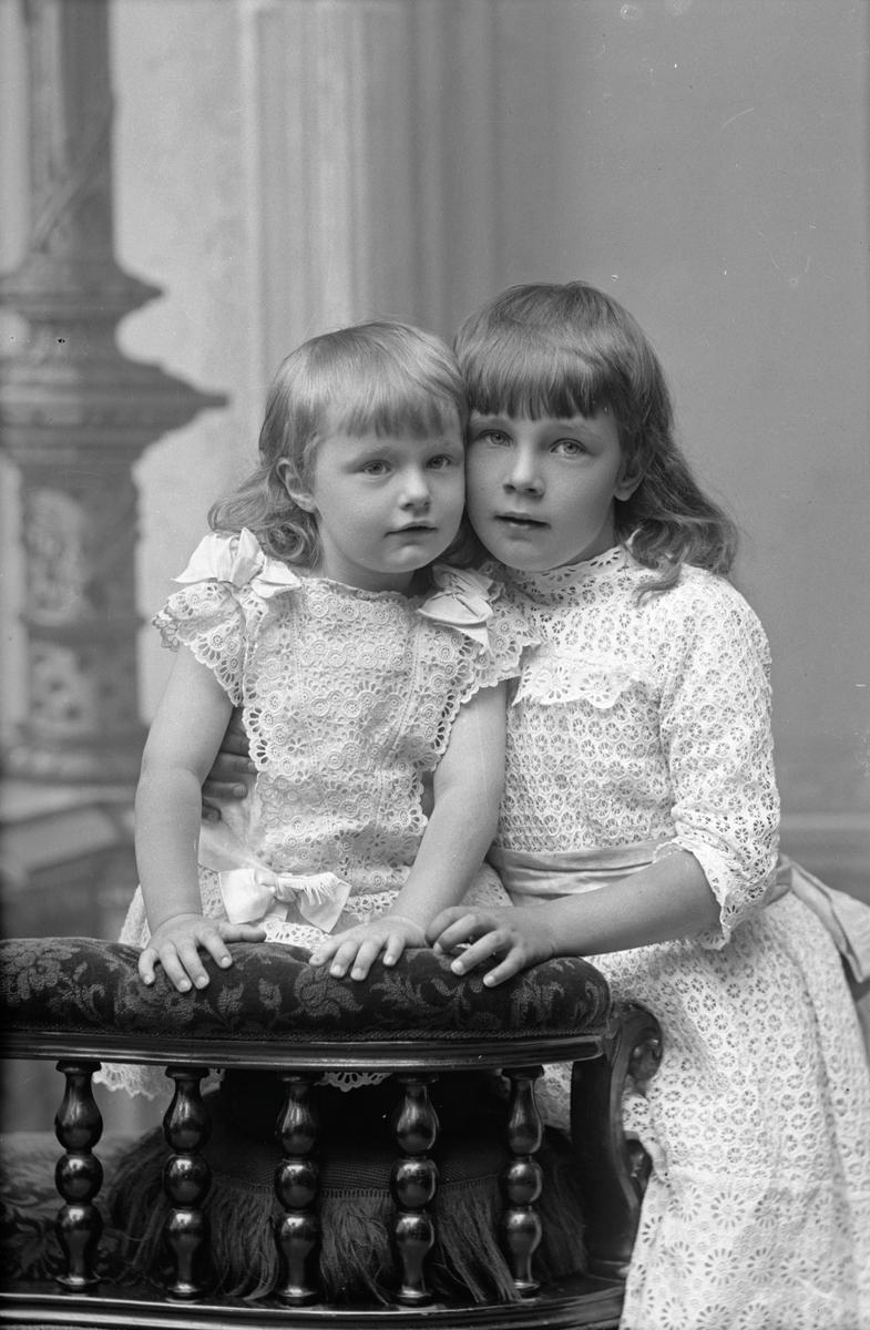 Fru I. Frestadius barn, Stockholm 1892. Fotograf okänd.
