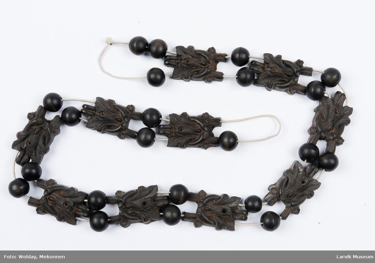 Form: Tre perler og bladranke stykker i mellom. Tredd på tynn rundstrikk.