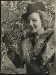 portrett, kvinne, stående halvfigur, hatt, pels, frukttre, f