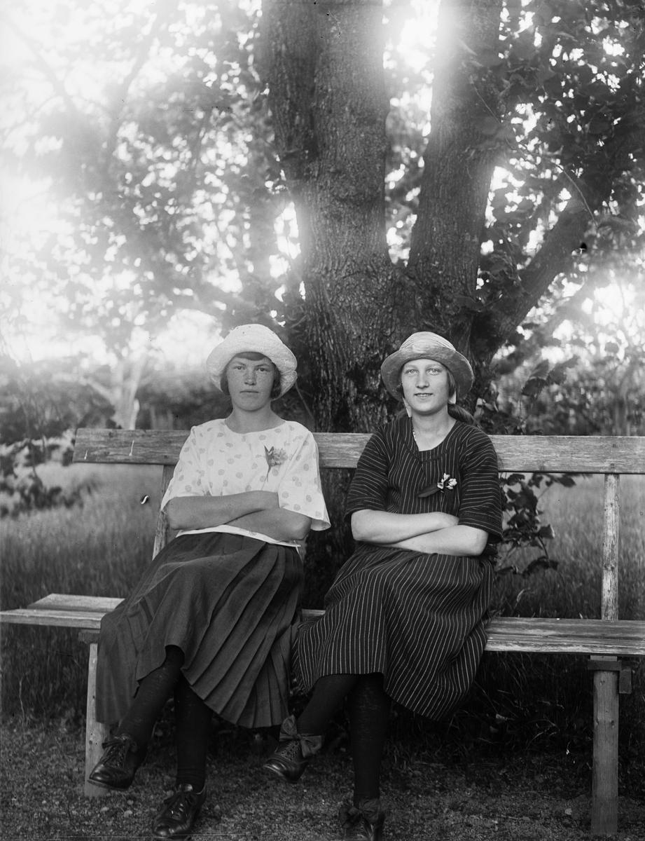 """""""Gunhild Johanson, Säva och Greta Erikson, Vilstena"""", Uppland 1922"""