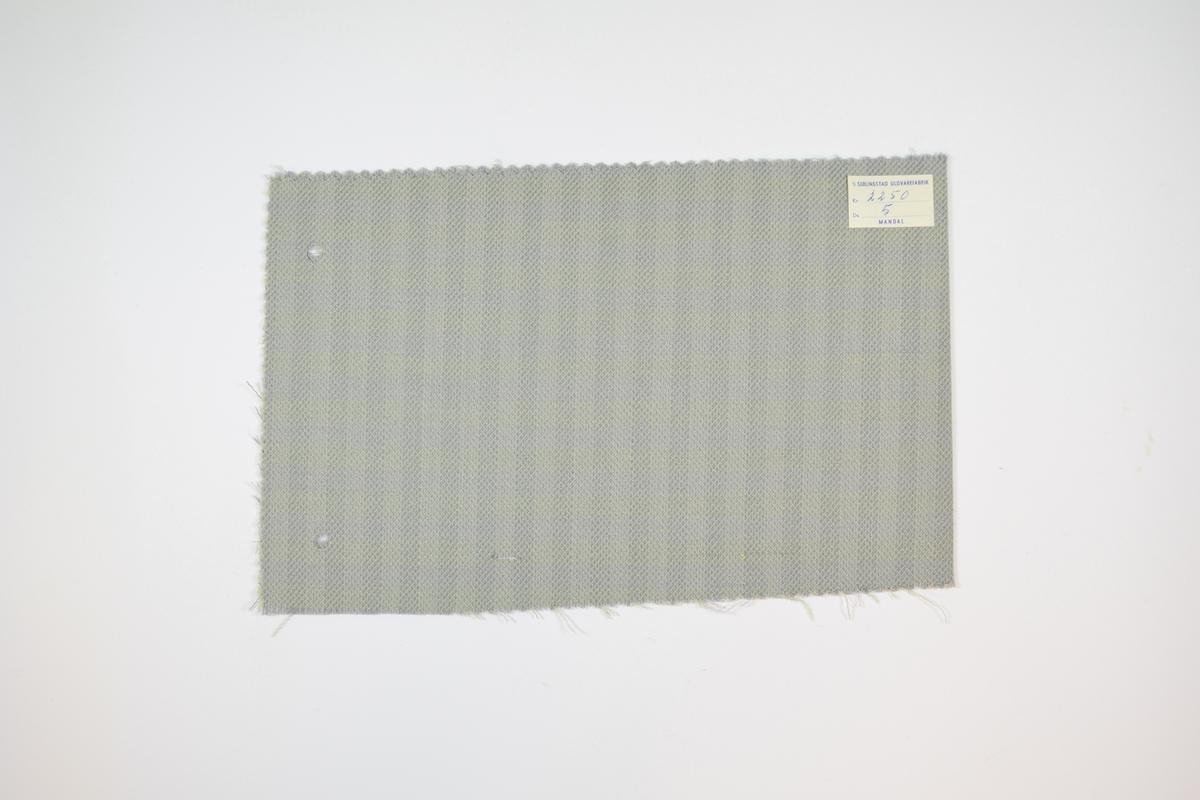 Fire stoffprøver klippet med sikksakk-saks. Relativt tynne stoff med rutemønster i ulike farger. Kyperbinding/diagonalvevd. Stoffprøvene er brettet på midten slik at formatet passer inn i prøvebøker fra Sjølingstad. Alle stoffene har runde hull etter å ha vært, eller skulle bli, stiftet til en bok eller et hefte. Stoffene er merket med en firkantet papirlapp, limt til stoffet, hvor stoffnummer er fylt ut for hånd i et trykket skjema.   Stoff nr.: 2250/1, 2250/2, 2250/4, 2250/5.