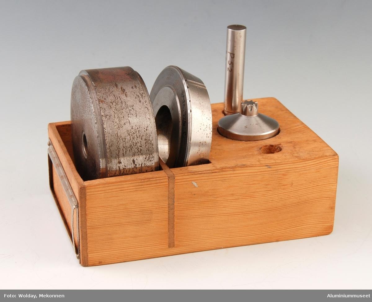 Treetui med deler til å presse tuber. Det tilhører fem deler av metall. En del tilsvarende 926-D, mangler