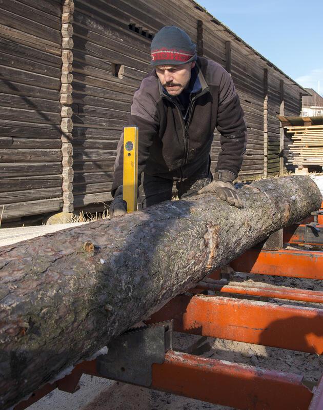 Manuell vatring for å sikre jevntykke planker. (Foto/Photo)