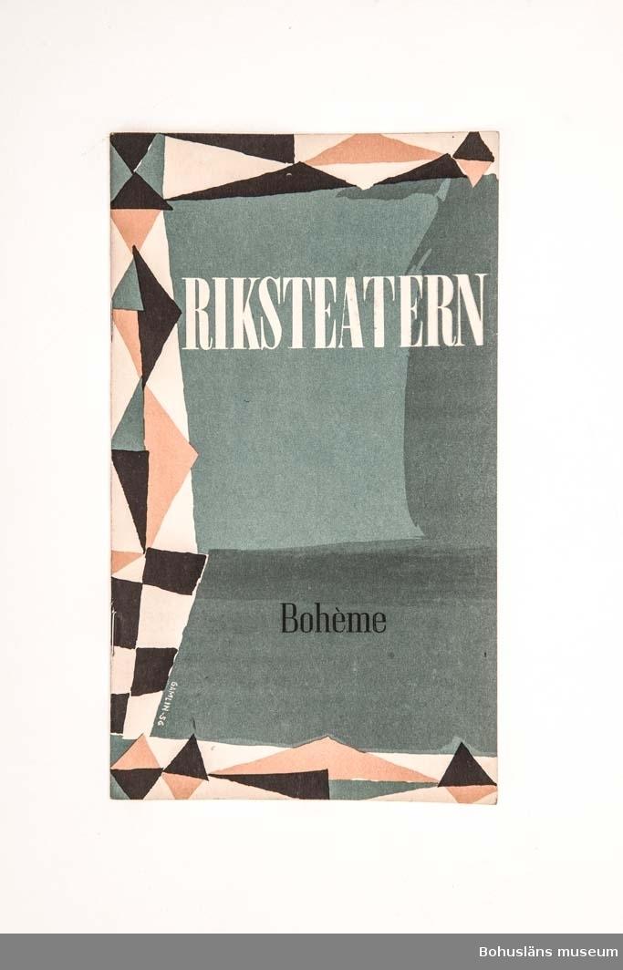 """Tryckt teaterprogram, programblad för Riksteaterns föreställning """"Bohème"""". Trefärgat omslag och inlaga 24 sidor sv/v med presentation av föreställningen och den aktuella uppsättningen med dess medverkande, med fotografier. Annonser. Tillverkare: TABS-tryck i Jönköping."""