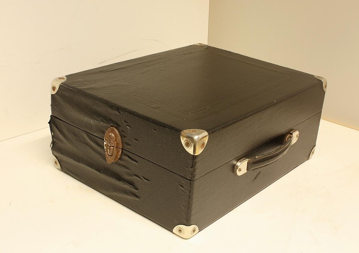 Rektangulær koffert med grammofon inni.