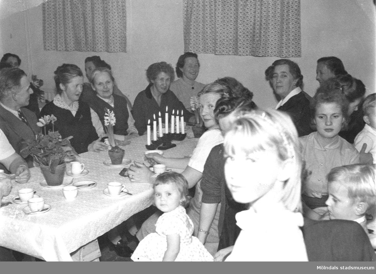 Luciafest med boende på Ryet i skyddsrumslokalen i källaren på Rygatan 13 i Mölndal, i mitten på 1950-talet.  Husen på Ryet ägdes av Papyrus. Alla som bodde där arbetade på Papyrus.