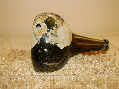 Brun glassflaske med hull.. Foto/Photo