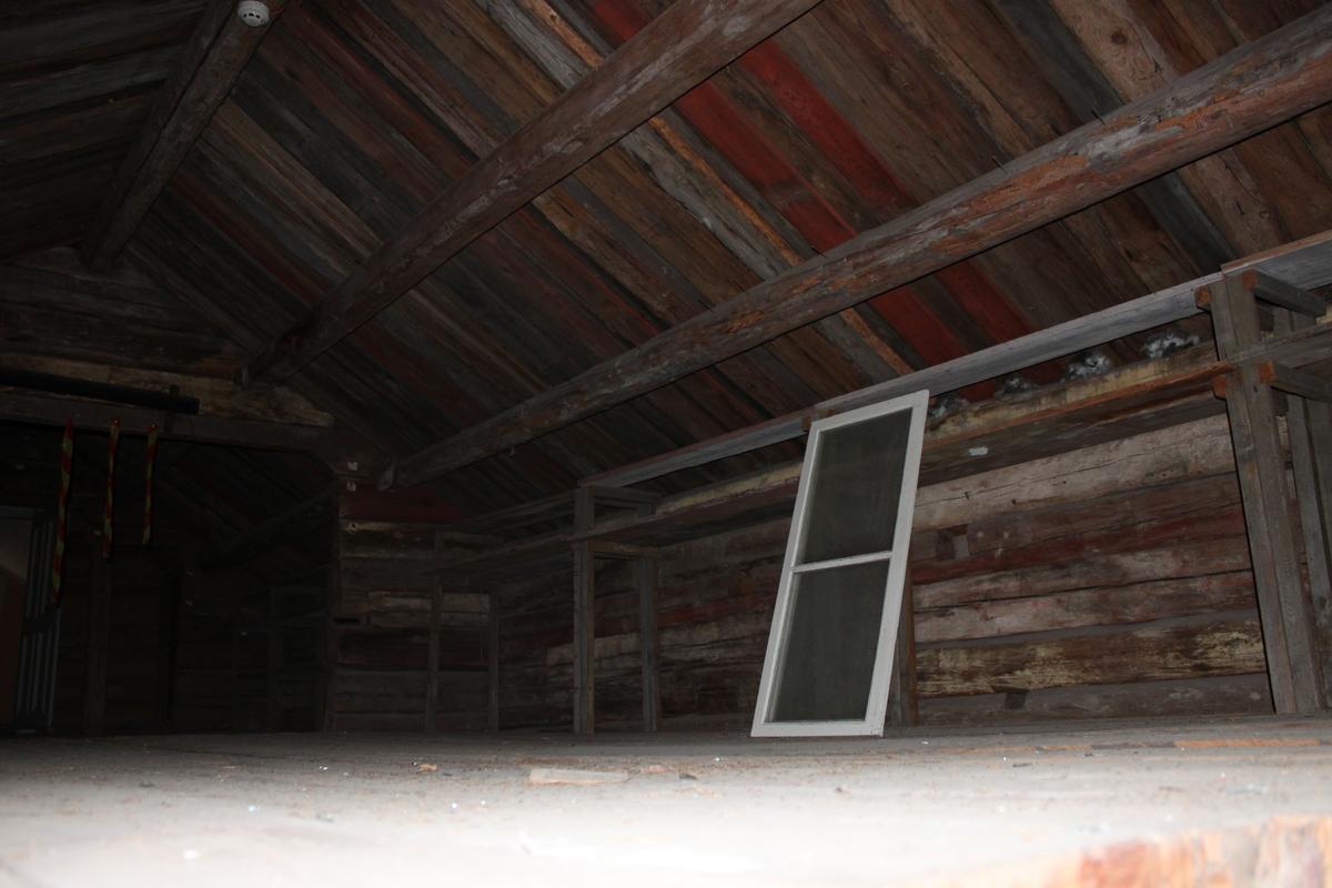 Byggnaden är uppförd i liggande timmer, delvis av återvunnet material och har utskjutande knutar mot söder och släta laxknutar i övriga knutar. Den står i sluttande terräng, på en grund av huggen sten som delvis är tätad. Sadeltak, åstak, med fem åsar. Undertak av brädor med belagt med enkupigt tegel. På takets västra takfall finns två skorstenar i oputsat tegel med profilerat krön som är plåtklätt. Vattbrädor och vindskivor i rödfärgat trä. Hängrännor i trä endast över ingångarna. Stuprör saknas. Två entrédörrar, en gulmålad plankdörr och en blåmålad ramverksdörr, finns på östra långsidan, varav den norrut skyddas av ett skärmtak av brädor. Båda dörrarna nås via trätrappor som är inbyggda nertill. Den norra trappavsatsen har en förstukvist. På den västra långsidan, frånsidan, finns spår av två igensatta dörrar, en i var ände. Fönsterfodren är raka och släta, gavelfönstren har en överliggande vattbräda. Det norra har förstorats. Gulmålade luckor av profilerade brädor täcket några av fönstren.