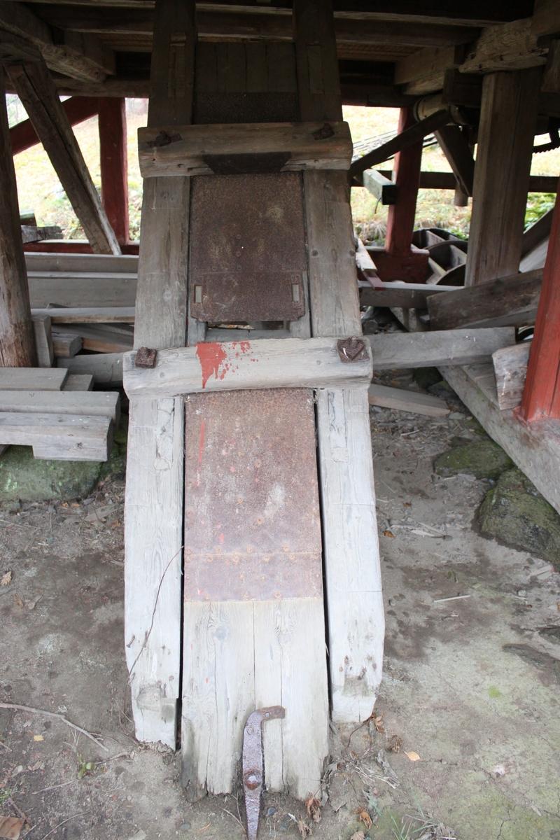 Grund av fältsten under den västra delen av byggnaden, resten av byggnaden står på trästolpar som vilar på enskilda grundstenar. Avlång byggnad i stolpkonstruktion med sadeltak, öppen på två sidor och på två sidor täckt av brädor. Faltak över sadeltaket och skärmtak åt söder av brädor. Golv av plankor, öppet utrymme under golvet. Utrymmet under sadeltaket rymmer en ramsåg med tillhörande utrustning, bl a sågbänk och skenor. I nordöstra hörnet finns ett kontorsutrymme avskärmat med brädor. En pärthyvel finns monterad i utrymmet under golvet.  På den södra långsidan finns vattenränna och vattenhjul. Dessa har aldrig varit i funktion på nuvarande plats. Sågens funktion, se vidare Övrig information.