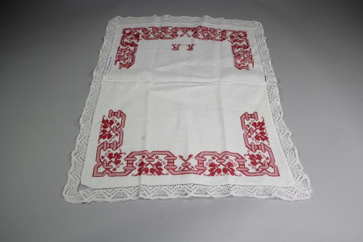 Pjamaspåse i aidaväv med påsydd maskinknypplad spets och ett korsstygnsbroderi i rött bomullsgarn.