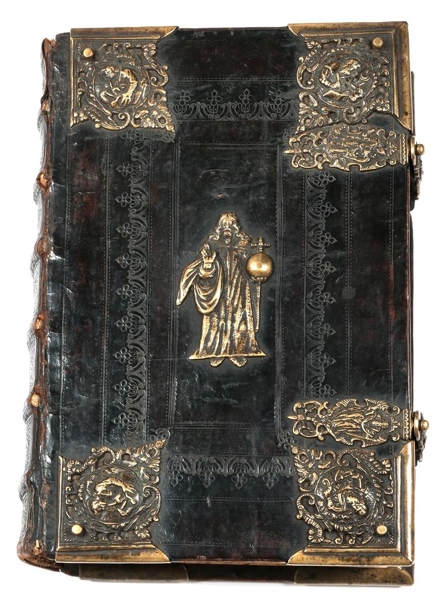 Kat. kort: Bibel, Gustav II Adolfs bibel, tryckt i Stockholm 1618. Läderklädda träpärmar, bronsbeslag: apostelbilder och Kristus med riksäpple i mitten. Gästrikland.