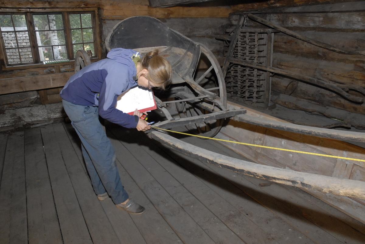 Vogn med to hjul, elliptisk helfjær, brett bak setet, baljeformet fating, stor styrt på hjulene. Akslingen er av jern hele veien. Fløy og bunn i vognkropp mangler. Det er risset dekor på hjul med profil. Lyseblå farge under svart på fatingen. Jernbeslåtte hjul, med hel ring som skoning. Greaseaksel. Antall trefell: 4 Antall eiker: 12