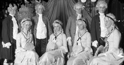 Teatergrupp med bland annat fröken Boman. Westermarks affär.