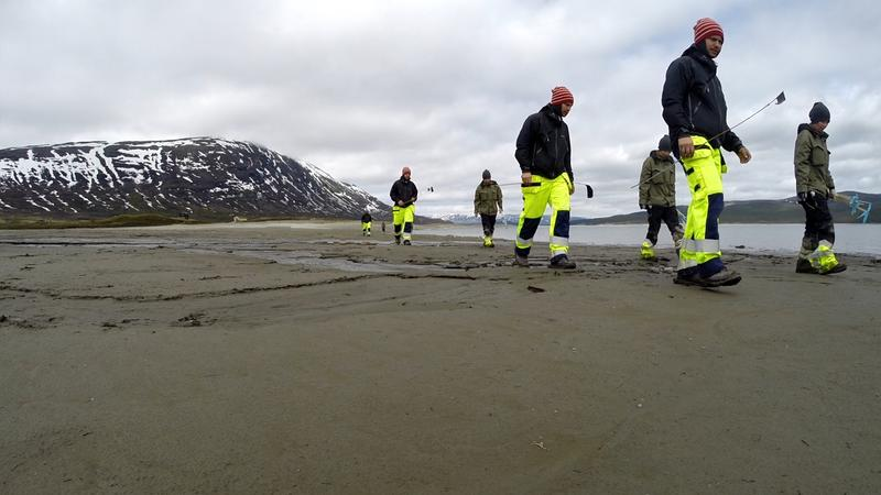Fotomontasje: To arkeologer leter systematisk etter garnsøkker og sløedeler på gammel sjøbunn i Tesse. (Foto/Photo)