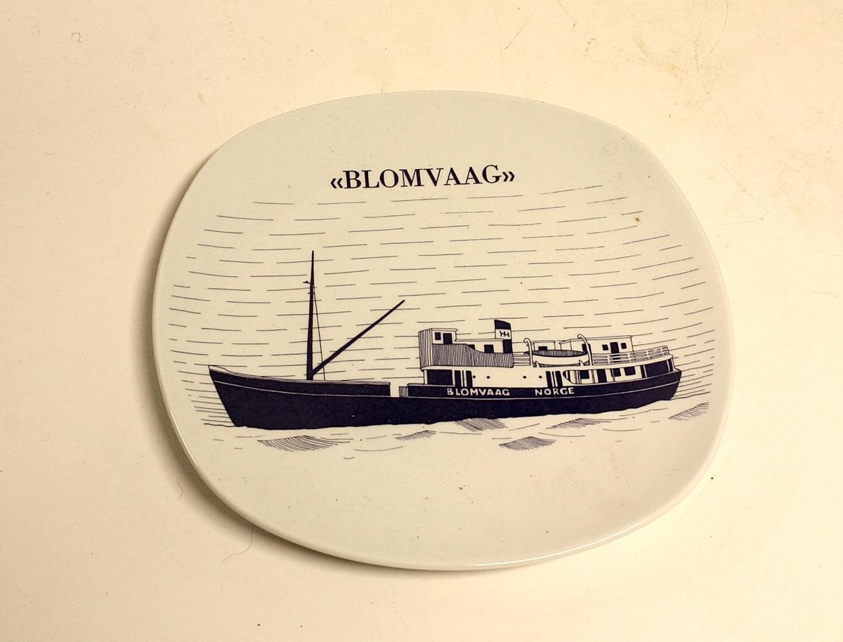 """Avrundet, rektangulært fat med bilde av båten """"Blomvaag"""".  Gave fra Øygarden kommune til Kystmuseet i Øygarden."""