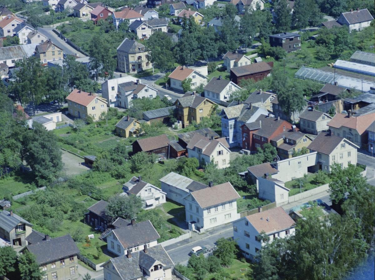 Flyfoto, Lillehammer, bebyggelse, Nærmest Løkkegata 26B, hvitt hus på nedsiden av Storgata. Hjørnet Storgata Løkkegate er Storgata 114 Gult hus øverst er Storgata 131, tidligere Folkets hus. Christensens gartneri øverst til høyre. Flere gamle uthus i området