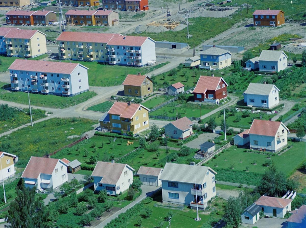 Flyfoto, Lillehammer, bebyggelse. Husene i forgrunnen ligger til Sigrid Undseths veg. Olav Aukrusts veg skjærer tvers gjennom bildet. Veien som krysser Olav Aukrust veg er Lars Jordes veg. Blokkbebyggelsen i bakgrunnen er på Randgårdsjordet.