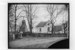 Almby kyrka och klockstapeln.