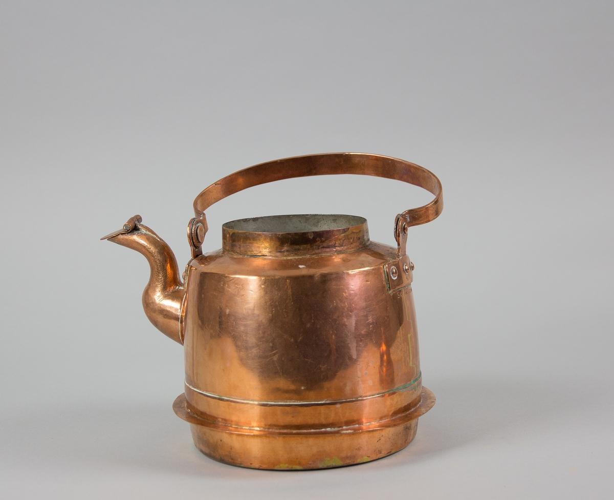 Kaffepanna av kopparplåt. Med utskjutande falls i nederkant för användning på järnspis med ringar.