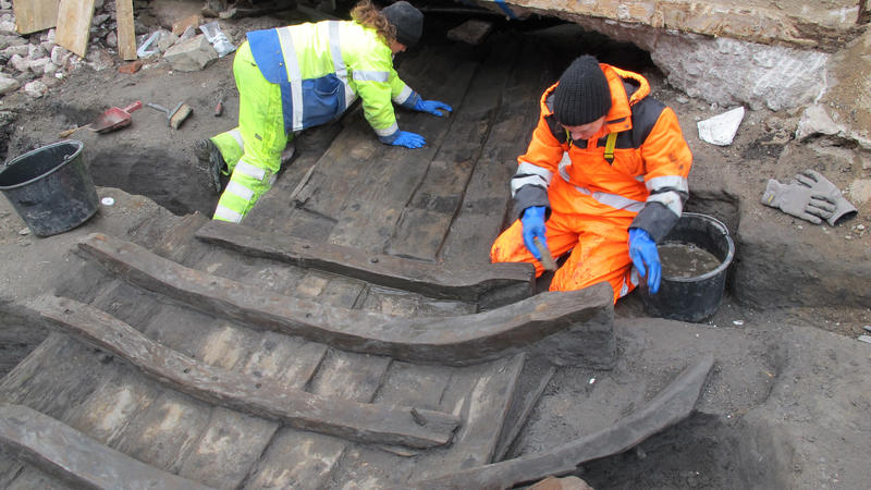 To arkeologer renser fram båtfunnet Vaterland 1. (Foto/Photo)