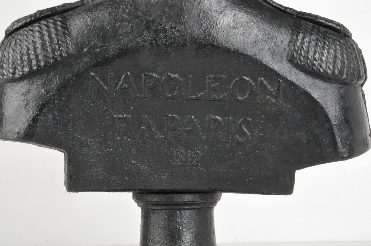 Byste av Napoleon som opprinnelig trolig har vært en ovnstopp.