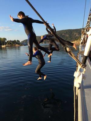 Høstbading på sesongens siste tokt! Medseiler Katrine knipset bilde av tøffe klassekamerater fra Brannfjell ungdomskole. — på Sandspollen