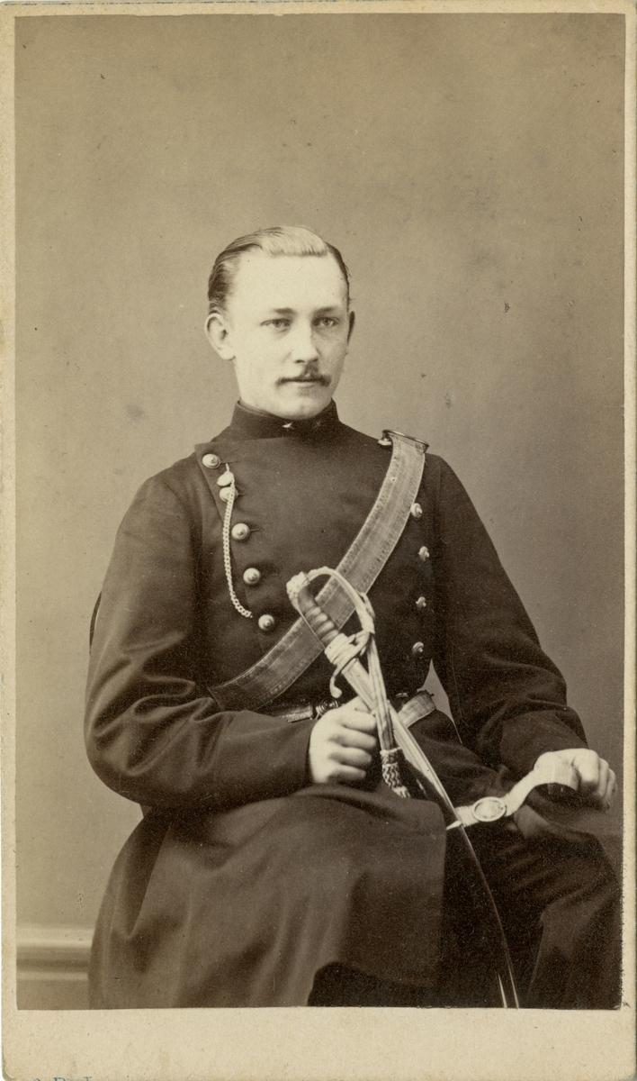 Porträtt av okänd underlöjtnant vid artilleriregemente.