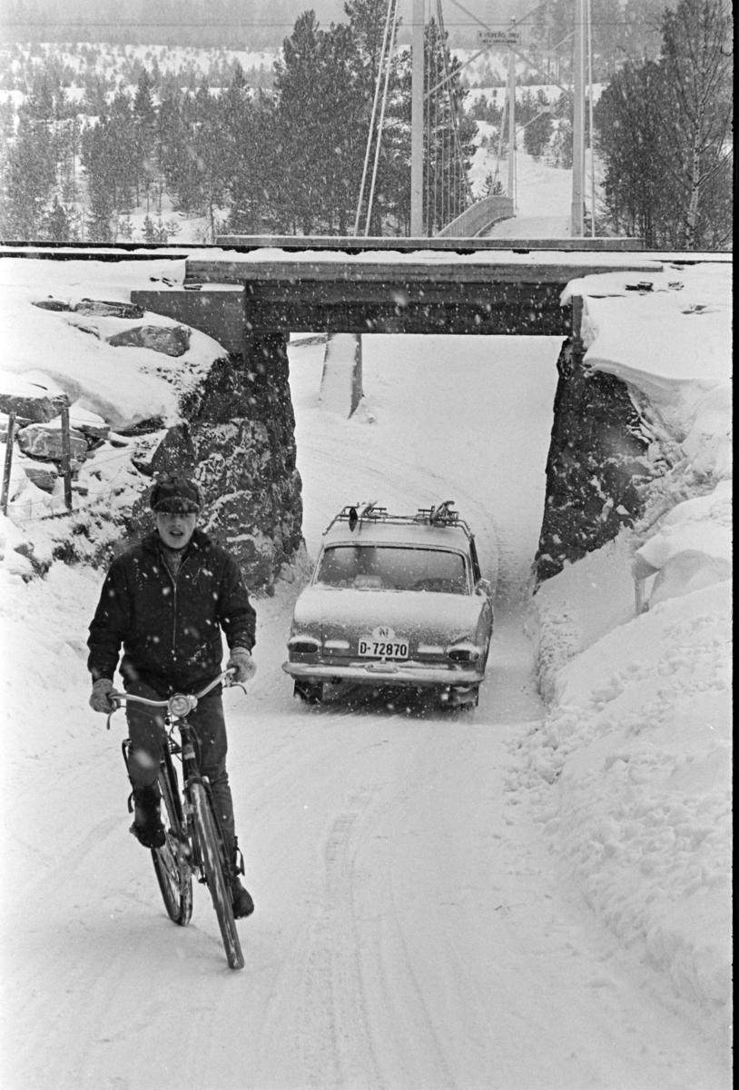 Jernbaneundergang, personbil D-72870, syklist, vinter,snøvær, Kveberg bru, Alvdal.