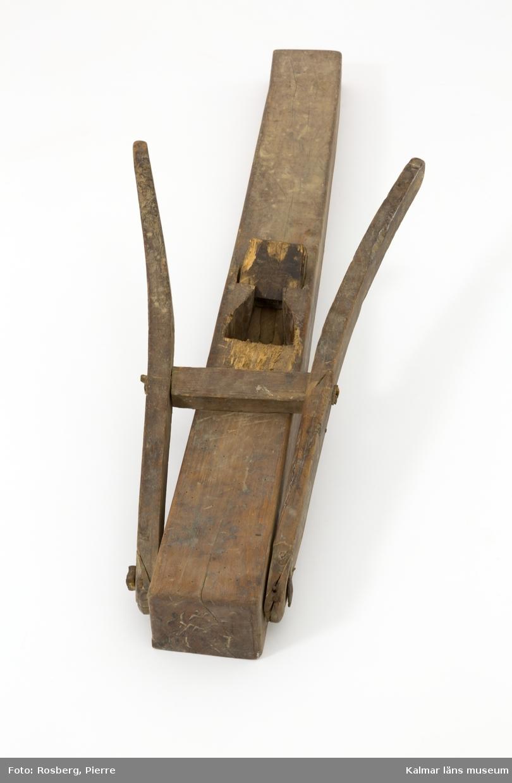 KLM 45520:165. Hyvel, handbom, trä, metall. Lång golvhyvel med fällbart stöd av trä, fäst med järnbult. Kil av trä. Stål saknas. Användes av tunnbindare för strykning av stav vid tillverkning av tunnor/laggkärl.