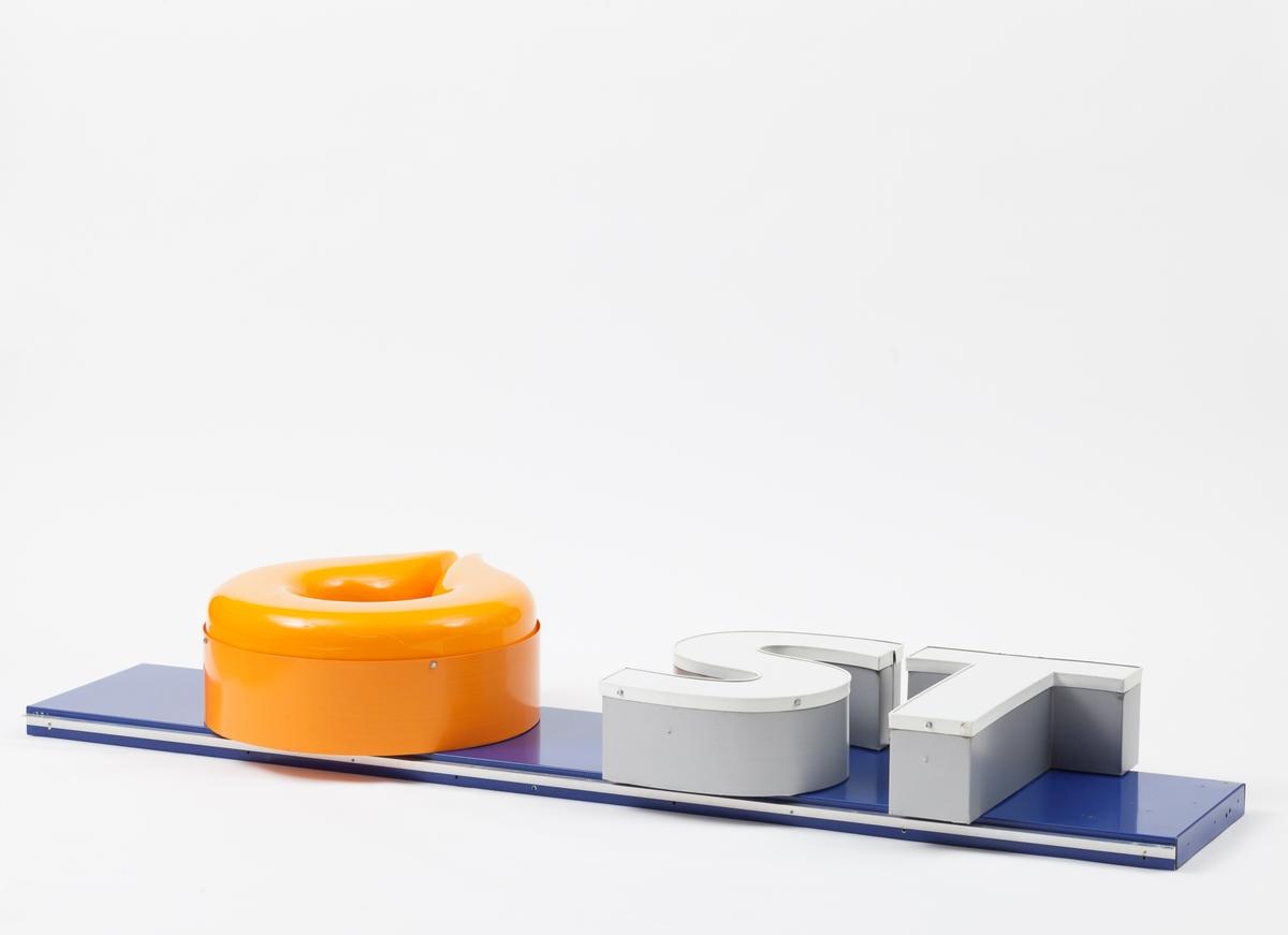 Langt Statoilskilt som har vært montert på siden av taket over bensinpumpene på bensinstasjon. Skiltet ble ved avmontering delt i tre deler, som sammensatt danner et skilt. Skiltet er blått med en påmontert oransje stilisert dråpe i hard plast. Hvite bokstaver danner navnet Statoil. Bokstavene er i lettmetall og plast som er montert på skiltet. Del A er med oransje dråpe + bokstavene ST