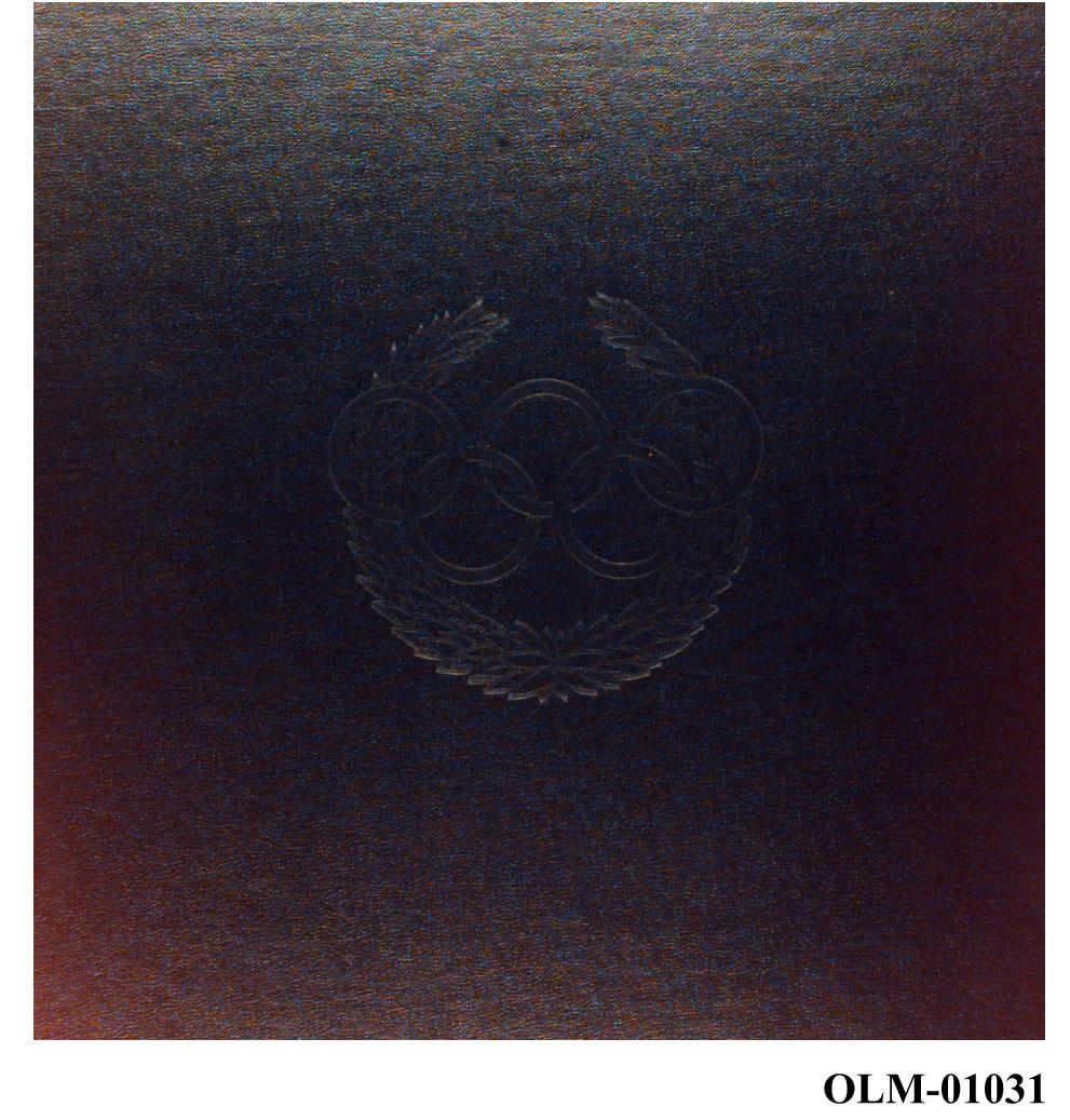 Album med 5 blad (10 sider) med minne-medaljer fra forskjellige OL. På omslaget de olympiske ringer i en olivenkrans.
