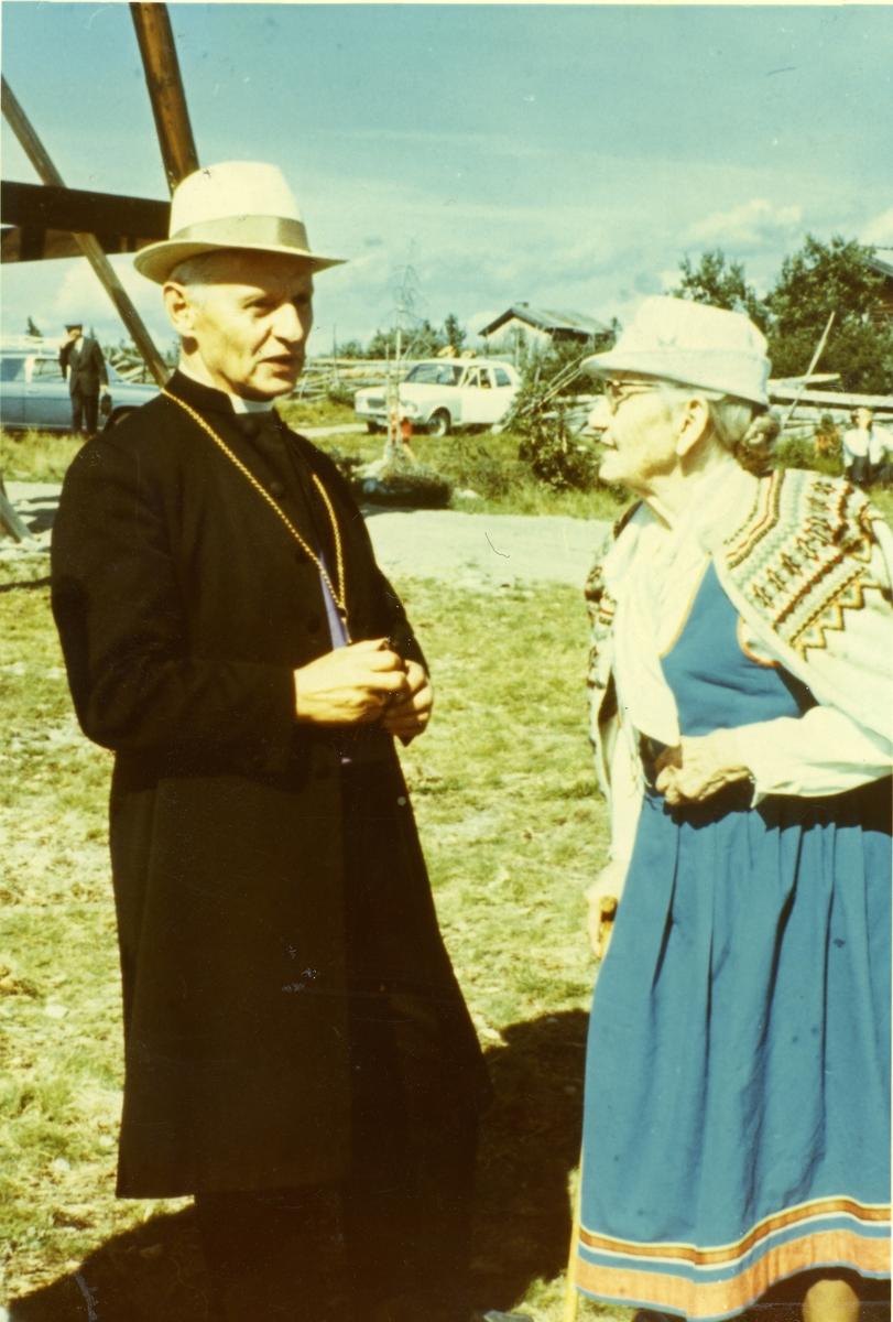 Biskop Alex Johnson ved innviinga av Veståskappelet.