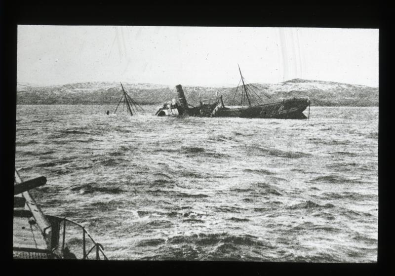 Torpedert skip med en ladning sild til en verdi av 1 milion Mark, fotografert fra tysk undervannsbåt.