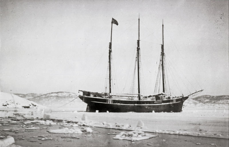 Svart-hvitt bilde av skonnert med tre master i isen. (Foto/Photo)