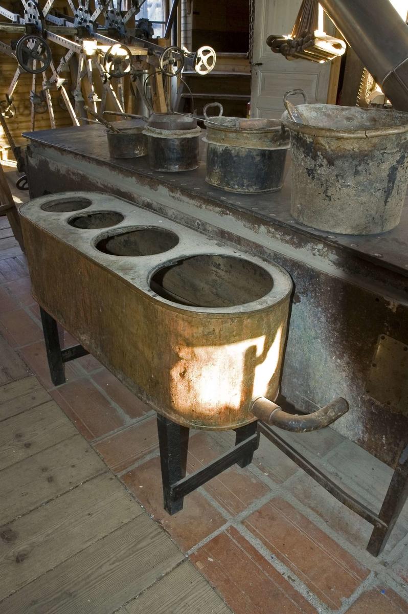 Limpanna av koppar. Den utgörs av en oval behållare med fyra hål, där kärl för uppvärmning av benlim eller hudlim, så kallat varmglutinlim, placeras. Limpannan ansluts till en limhäll från vilken den får varmt vatten. Detta cirkulerar genom rör i pannan och värmer upp limmet i limkärlen. Limpannan placeras på ställning eller bord vid sidan av limhällen.  Funktion: Uppvärmning av benlim
